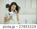 ドライヤーで髪を乾かす若い女性 27855229