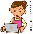 主婦 上半身 ノートパソコンを操作するイメージイラスト 27855396