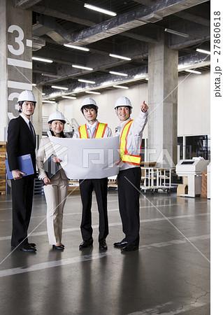 工事 倉庫 建設 工場 建築 打ち合わせ 会議 ミーティング 現場監督 ビジネス 工事現場 27860618