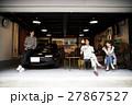 ガレージ 車 車庫 ドライブ ティータイム 友達 仲間 女性 運転 運転手 ドライバー 休日 27867527