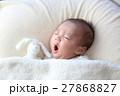 あくびをする赤ちゃん 27868827