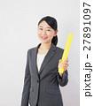 バトンを持つビジネスウーマン 27891097