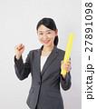 バトンを持つビジネスウーマン 27891098