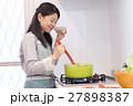 キッチンで料理をする主婦 27898387