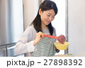 キッチンで料理をする主婦 27898392