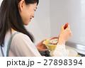 キッチンで料理をする主婦 27898394