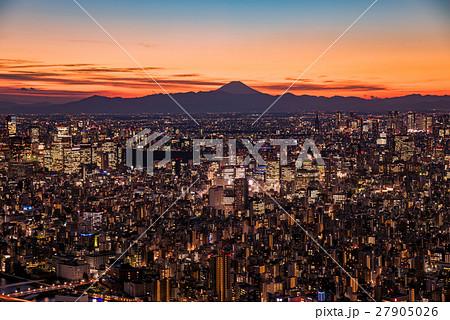 東京都心の夜景と富士山のシルエット 27905026