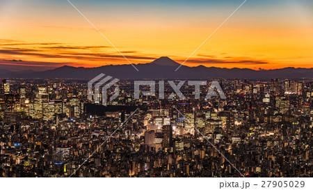 東京都心の夜景と富士山のシルエット 27905029