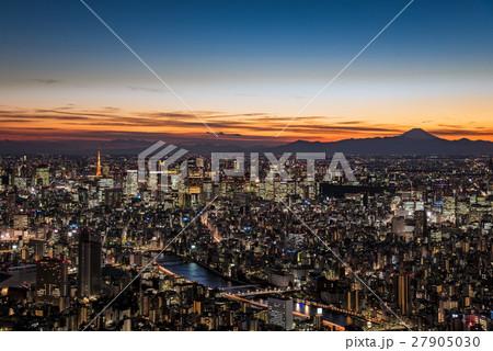 東京都心の夜景と富士山のシルエット 27905030