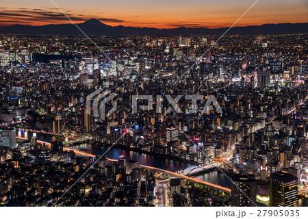 東京都心の夜景と富士山のシルエット 27905035
