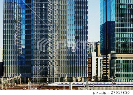 東京駅、新幹線、高層ビル 27917350