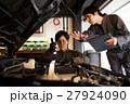 ガレージ メカニック エンジン 整備士 男性 メンテナンス 点検 車 自動車修理工場 車庫 27924090