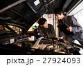 ガレージ メカニック エンジン 整備士 男性 メンテナンス 点検 車 自動車修理工場 車庫 27924093