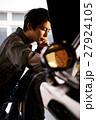 ガレージ メカニック 整備士 男性 メンテナンス 点検 車 自動車修理工場  27924105