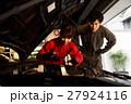 ガレージ メカニック 整備士 男性 女性 メンテナンス 点検 車 自動車修理工場  27924116
