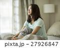 寝起きの若い女性 27926847