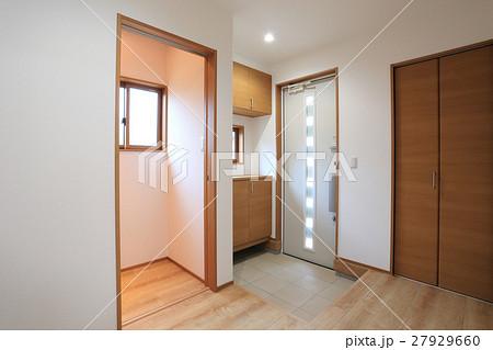 新築住宅の玄関ホールの風景 27929660