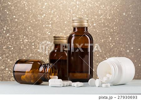 Various pill bottles and white pillsの写真素材 [27930693] - PIXTA