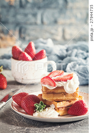 Waffle dessert with chocolate 27944735