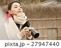 間垣の集落を見学する女性 ポートレート 27947440