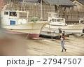 港町を歩く女性 27947507