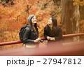 紅葉狩りをする外国人女性と日本人女性 27947812