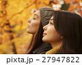 紅葉狩りをする外国人女性と日本人女性 27947822