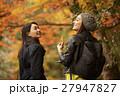 紅葉狩りをする外国人女性と日本人女性 27947827