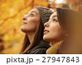 紅葉を楽しむ女性たち 27947843