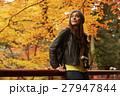 紅葉狩りをする外国人女性と日本人女性 27947844