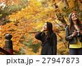 紅葉狩りをする外国人女性と日本人女性 27947873