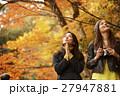 紅葉狩りをする外国人女性と日本人女性 27947881