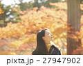紅葉を楽しむ女性 27947902
