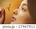 紅葉を楽しむ女性 27947911