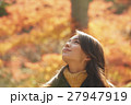 紅葉狩りをする外国人女性と日本人女性 ポートレート 27947919