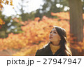 紅葉を楽しむ女性 27947947