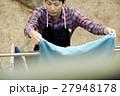 洗濯物を干す男性 主夫 27948178