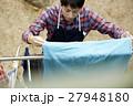 洗濯物を干す男性 主夫 27948180