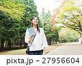 緑の中を歩く女性 27956604