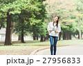 緑の中を歩く女性 27956833