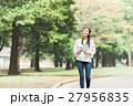 緑の中を歩く女性 27956835