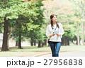 緑の中を歩く女性 27956838