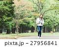 緑の中を歩く女性 27956841