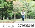 緑の中を歩く女性 27956846