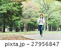 緑の中を歩く女性 27956847