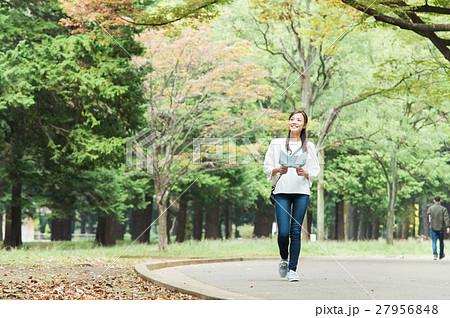 緑の中を歩く女性 27956848