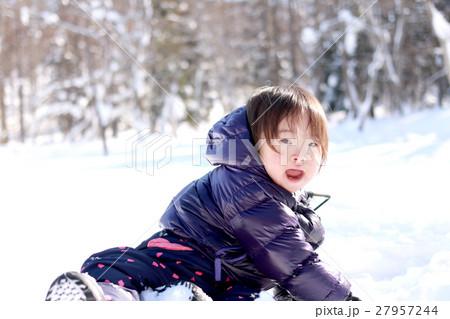 雪遊びする子供 27957244