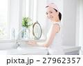 洗面台の前に立つ女性 27962357