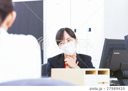 女性社員 オフィスレディ 風邪 マスク 感染症 予防 風邪の季節 27989420