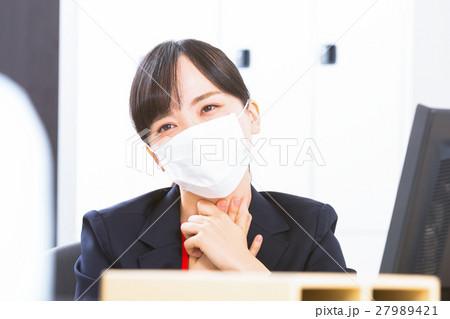 女性社員 オフィスレディ 風邪 マスク 感染症 予防 風邪の季節 27989421